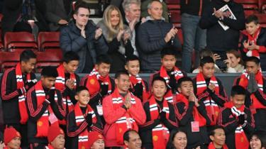 Thai-gutter på fotballkamp